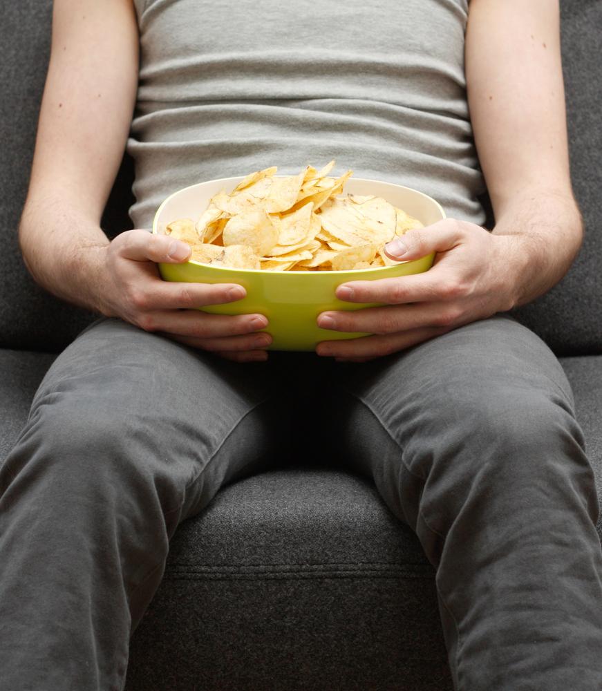 мъж яде чипс