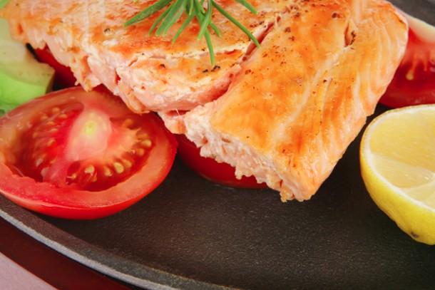 Сьомга с чесън и домати на скара